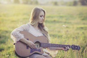 femme guitare nature